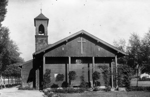 Blick auf die Ostfassade der ersten Kreuzkirche. Sie wurde am 2. Advent 1930 im Beisein von Albert Lempp eingeweiht, der zu den treibenden Kräften bei der Gemeindeausgründung gehörte.