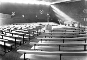 Innenansicht der Steinhauser-Kreuzkirche von 1968 noch ohne Orgel (Blick vom Eingang nach Nordwesten).