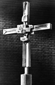 Das Silberkreuz in der Münchner evangelischen Kreuzkirche schuf 1968 der Goldschmied Hermann Jünger (1928-2005). Gestiftet wurde es durch die Familie Albert Lempps.