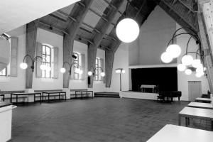 Innenansicht des Albert-Lempp-Saals im Gemeindezentrum der evangelischen Kreuzkirchengemeinde München-Schwabing (2009). Foto: Günter Muy.